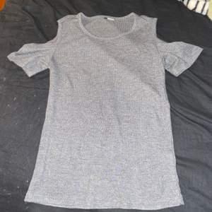 Säljer en grå off shoulder topp i Storlek S. I använt skick men fortfarande fin. OBS färgen på bilden är missvisande, den är mörkare i verkligheten!
