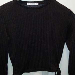 Svart tröja från pull amd bear den kan blir lite genomskinlig om du har vit bh på dig.