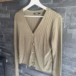 En grön tröja som man kan ha på flera olika sätt, från Bikbok i Stl S. 💚