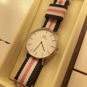 Daniel Wellington Classic Sheffield Damklocka 36mm Silver. Köpt för 1399kr + 249kr för rosa/blå/vita klockarmbandet + 399kr för svarta läderarmbandet. Säljer i nyskick. Pris kan diskuteras, kan sänkas vid snabbköp.