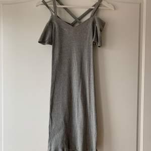 En fin och bekväm i klänning i storlek s från voyelles. Klänningen är i ribbat material med korsande band på ryggen. Den går att ha både offshoulder eller med ärmarna uppe. Är i fint skick och har använts en gång💕💕