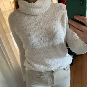 Vit stickad tröja med krage ifrån Gina Tricot. Använd men i fint skick. Strl XS. Pris 50kr + frakt 🤍