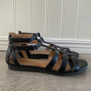 Svarta sandaler i storlek 39. Inte använt på flera år, i jättefint skick!