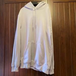 Lila hoodie från H&M, storlek XS herr. Väldigt oversized, skulle tippa att den passar M (jag är S ungefär). Köparen står för frakt (ca 66 kr)