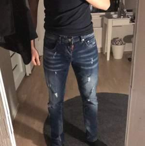 Knappt använda dsquarded jeans. 43 cm i bredd och 102 cm i längd, kopia.