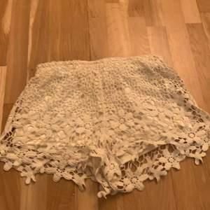 Fina shorts med blommor på,Säljs tyvär pågrund av att de blivit alldeles för små💕