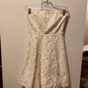 En JÄTTEFIN klänning!! Aldrig använd!!! Köpt på MQ, men är för liten på mig. Nypris: 600kr. Mitt pris 450kr, frakt tillkommer ❤️