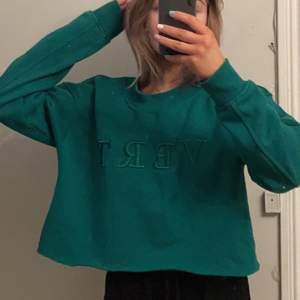 säljer min jättefina sweatshirt, den är avklippta för att bli mer åt det croppad hållet! storlek S! pris 80 + frakt!!