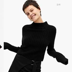 jätte fin stickad svart tröja från monki🖤säljer pågrund av att de inte riktigt är min stil längre! endast använd en gång