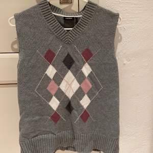 Grå sweater vest, som jag har sytt om från sweater till sweater vest själv. Passar storlek xs-m.