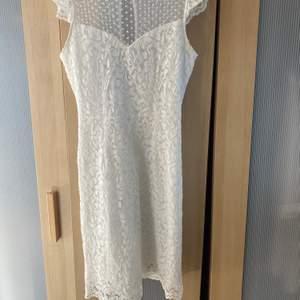 Superfin vit klänning perfekt till studenten eller skolavslutningen. Väldigt lik Ida Sjöstedt i designen. Storlek 32 men passar mig som är en 34 bra. Sitter lagom på mig som är 166cm. Köptes för ca 700kr på mq och säljes för 400kr, använd en gång.