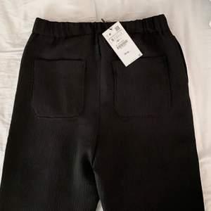Svarta typ ribbade kostymbyxor med liten slits nere vid foten. De har två bakfickor och pressveck längs hela benen där fram. Är sprillans nya och köpta för 359kr på Zara. Säljer då de va lite stora.💫💓 Frakten ingår i priset!!💓💫