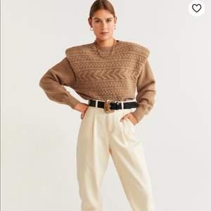 Beige/Kamel färgad stickadtröja tröja från Mango. Sålde slut snabbt. Fin passform . Knappt använd.