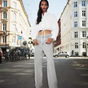 gråa jeans köpta här på plick, då an den förra ägaren inte använt de mycket, och är endast testade av mig då det inte passade mig, de är avklippta och passar 160-170 (köparen står för frakten)💜