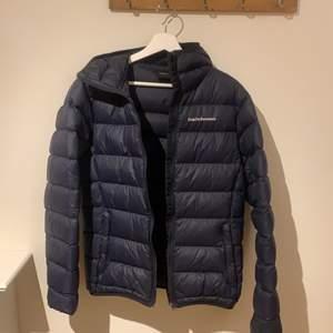 Säljer min jacka den är i herr storlek s men kan passa tjeje också. Den är felfri bara använd en vinter. Tyvärr för liten för mig nu, om du har fler frågor tveka inte att skiva.