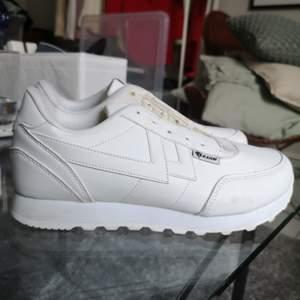 Vita sneakers från skopunkten. Säljs UTAN skosnören. Använda 2 gånger inomhus. FRAKTAR EJ. FINNS I GÖTEBORG.