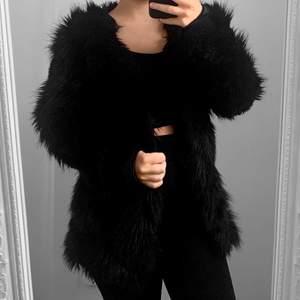 Svart faux fur pälsjacka från OFB, storlekslappen saknas men passar mig med storlek S. Fint skick.  Hämtas i Sundbyberg eller fraktas. Frakt kostar 99kr extra, postar med videobevis. Jag garanterar en snabb och pålitlig affär!🌸