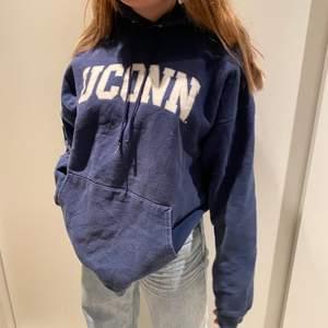 Super snygg trendig hoodie från Uconn universet! Uppskattad storlek L-XL. Buda i kommentarerna! Startpris:100kr