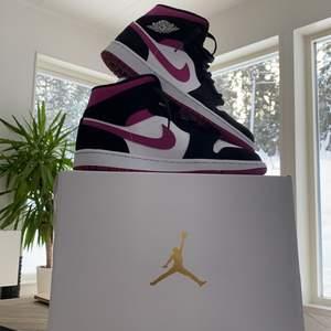Säljer mina Jordans för 1100kr köpta för 1300kr på footlocker. Bra skick använda max 2 gånger. Box och kvitto kommer med. Säljer pga för stor storlek. Buda privat 🖤💜  högsta bud: 1400. Köp nu 1150kr