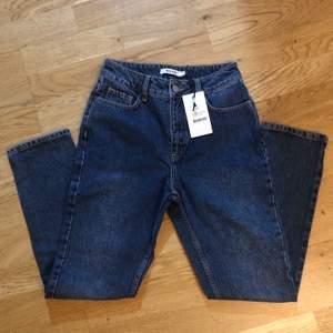 NY MED PRISLAPP! Ett par nya jeans från NA-KD som tyvärr ej passar mig, modellen är Regular Hem Denim Dark Blue. Passar någon med längden 163-166 cm. Har fler bilder! Original pris: 400kr
