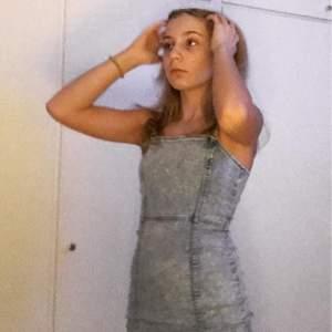 Det här är en av mina favorit klänningar men som du kanske ser är den tyvärr för tajt för mig. Men jag hoppas att någon annan kan köpa den och trivas i den lika som jag gjorde <3 Om flera vill ha får man buda💕 jättesnyggt att ha en vit t-shirt under!(kan posta men vet inte frakten än)