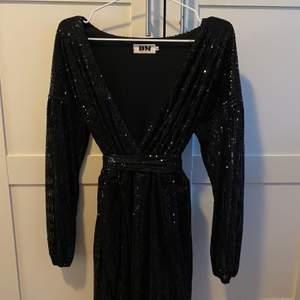 Helt oanvänd paljettklänning ifrån Dm Retro i storlek L, medföljer ett glittrigt band till midjan. Djupare urringning. Frakten står jag för🌸