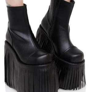 riktigt stora demonia skor, använda runt tre gånger men verkar vara i väldigt fint skick så vitt jag ser. köpte för 900 men jag säljer gör 300kr, vill bara få bort dom då de är för stora :( storlek 38 men skulle nog passa 39 bättre, eller sätta in en sula. min kompis med ca 40 kan också ha dom; smått trångt men gör inte ont