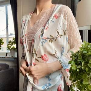Knälång kimono i strl xs. Köpt på Cubus. Fin att dra på sig när du precis har gått upp på morgonen💓💓 Skriv i kommentarerna eller kontakta mig vid intresse. Frakten tillkommer. Buda om fler intresserade.