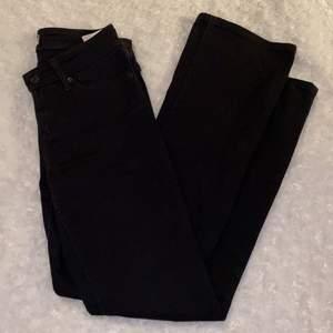 Superfina lågmidjade bootcutjeans från Levis i storlek W.25-L.30 🖤🖤 715 Bootcut 💋 Supersköna och stretchiga! Jeansen är i mycket fint skick och är sparsamt använda, säljer då jag inte kan ha dem längre. Samfraktar gärna med andra plagg och betalning sker via Swish <33