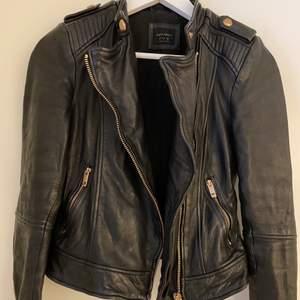 Jättesnygg svart jacka i skinn från Zara. Väldigt mjuk och fin i lädret. Snygga detaljer i rosé. Storlek S. Dm för fler bilder om det önskas