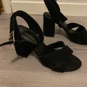 Svarta klackar från Din Sko. Använda en gång ute. Storlek 36, men jag har i vanliga fall 37 och dessa passa perfekt. Har själv lite breda fötter, men passar lika bra till smala.