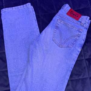 Dolce & Gabbana Jeans som jag säljer pågrund av att dom är för små och tyvärr inte passar mig. Passar nog er som har storlek XS/S. Säljer för 350kr