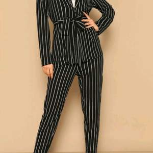 jättefin svart, vit randig kostym set, funkar till skolan, arbete och är jättefin på