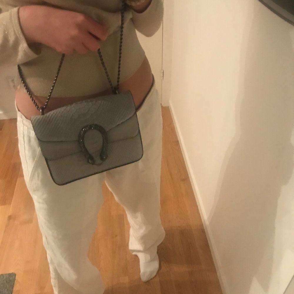En fin grå väska. Väskor.