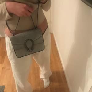 En fin grå väska