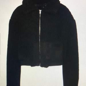 En mysig svart Teddybear jacka, går att styla med allt från jeans till mjukisar. Oanvänd med prislapp, köparen står för frakten.