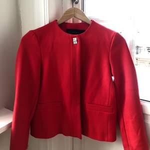 •Lyxig röd kavaj från Zara •Kort modell •Mycket gott skick