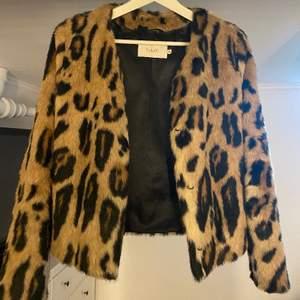 Snygg leopard jacka från STAND I stl 36 men passar även 34. Nypris ca 3000kr. Bud från 300kr