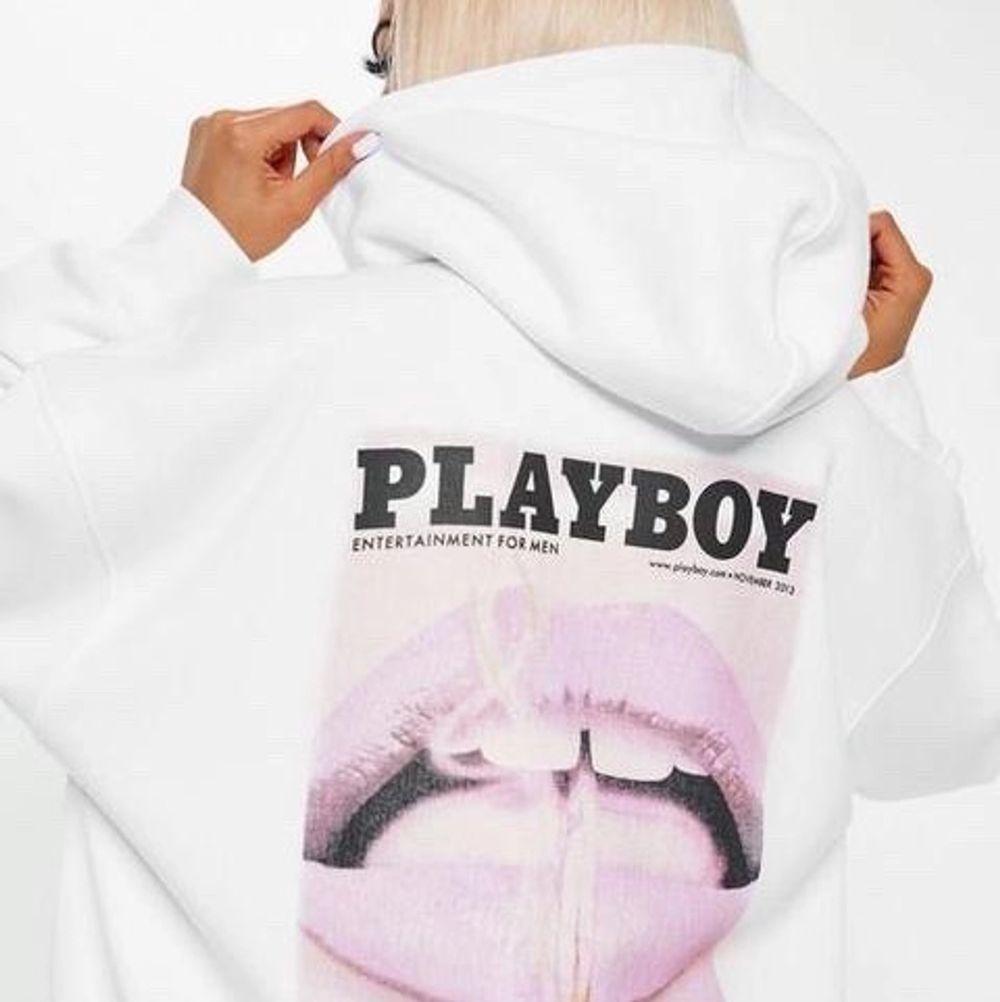 Säljer min fina playboyhoodie då den inte riktigt är min stil, bra skick! Vid högt intresse blir det budgivning i kommentarerna💕. Huvtröjor & Träningströjor.