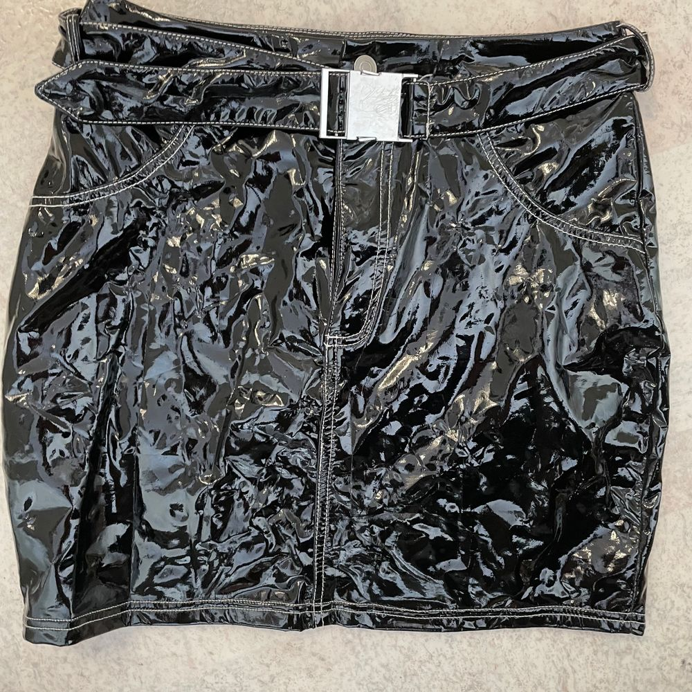 Super hot leather skirt, good fit but it's to small for me.. Kjolar.