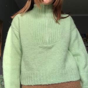 Så fin tröja från weekday! Kommer alldeles för lite till använding. Aningen stickig, men supervarm och gosig! Aning croppad. 😽💕