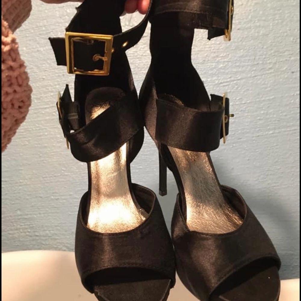 Jättefin sandals storlek 38  köpt för ca 1000kr aldrig använd endast testad har för många skor som ja nu vill bli av med. . Skor.