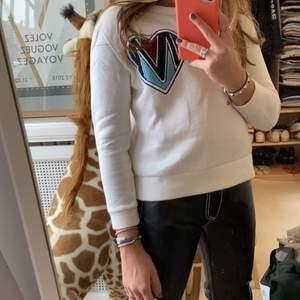 superfin maje tröja som är lite kort i ärmarna. Har ett sms på vänstra sidan❤️ 400 kr!!