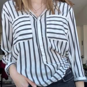 Skjorta från Vero Moda. Storlek S, säljer för 125 kr + frakt 44 kr. Skriv gärna för fler bilder! 🤩