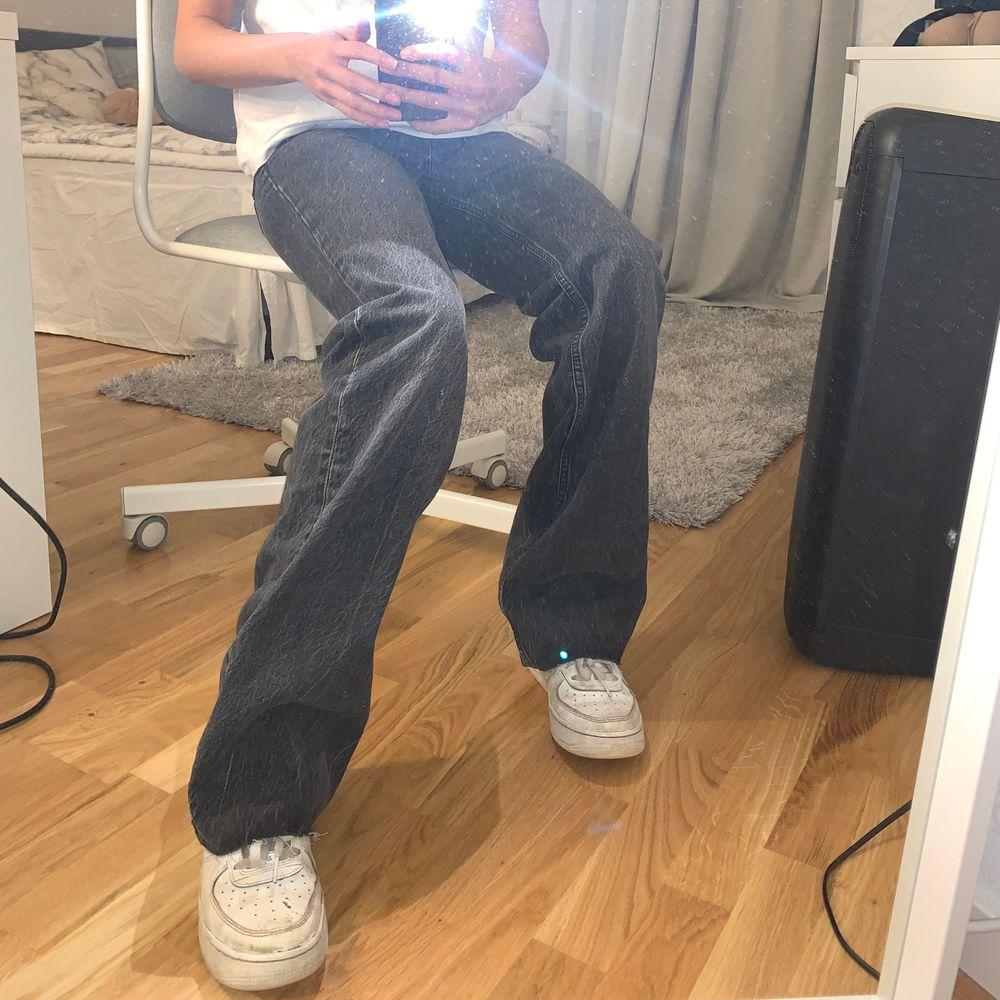 """Helt nya """"90's full length"""" jeans med alla lappar kvar i färgen """"rainfall black""""! MID RISE (medelhög midja) RAW CUT (man klipper dem till sin egna längd)💖skicka pm vid frågor eller fler bilder💘 Buda med minst 10kr över priset🥰 högsta bud : 520 . Jeans & Byxor."""