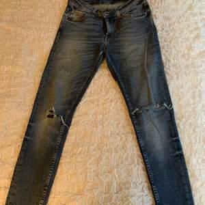 """Mörkare blå jeans från Tiger of Sweden. """"Slight"""" modell, lägre midja. Lite slitna på sömmen vid inre lår. Inget som syns utåt. Därav billigt pris! (Frakt tillkommer)"""