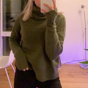 En mysig mörkgrön grovstickad tröja. Inte stickig! Hög krage och väldigt mjuk. Storlek S men passar både större och mindre.