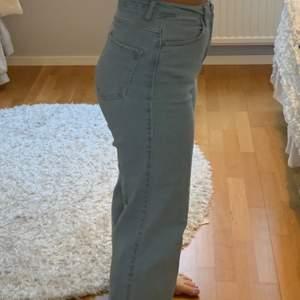 Ljusblå jeans i rak modell! Passform på bild för mig som är 1.65 m lång. Otroligt skön modell! Knappt använda då dem är lite för långa för mig. Ordnarie pris 500kr. (Frakt tillkommer)