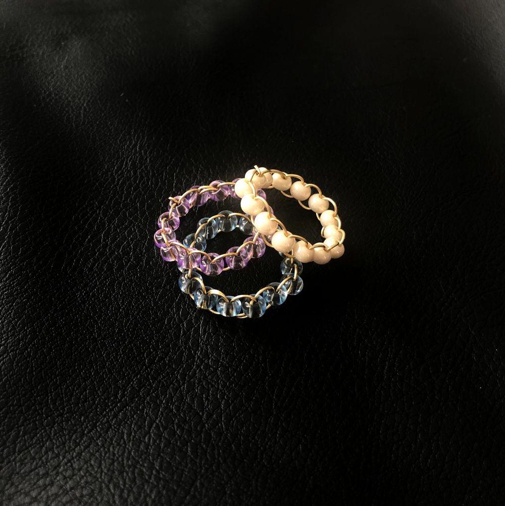 Handgjorda ringar för 39kr/st! Ringarna finns i färgerna lila, blå, vit & creme. Köp 3 valfria ringar för 100kr. Accessoarer.