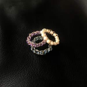 Handgjorda ringar för 39kr/st! Ringarna finns i färgerna lila, blå, vit & creme. Köp 3 valfria ringar för 100kr